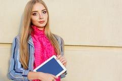 Mädchen des jungen jugendlich mit Tablet-Computer Stockfoto