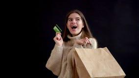 Mädchen des kaukasischen Auftrittes in einer gestrickten Strickjacke, meine Einkaufstaschen halten, ich glücklich von Seite zu Se stock footage
