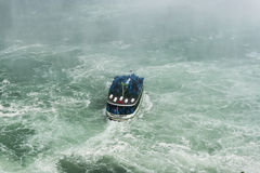 Mädchen des Nebel-Bootes auf Niagara Falls Lizenzfreies Stockfoto