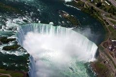 Mädchen des Nebels zum Wasserfall Lizenzfreie Stockbilder