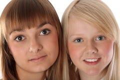 Mädchen des Portraits zwei der Blondine und der Brunettes Stockfotografie