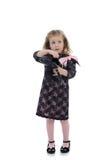 Mädchen des recht kleinen Kindes im schwarzen Kleid Lizenzfreies Stockfoto