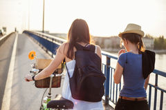 Mädchen, die über die Brücke gehen Lizenzfreie Stockfotografie