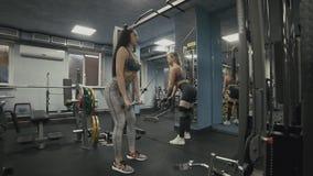 Mädchen, die Übung auf Rückenmuskulatur im Blocksimulator in der Zeitlupe tun stock video