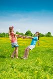 Mädchen, die auf dem Blumengebiet tanzen Stockfotos