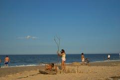 Mädchen, die auf dem Sand spielen Stockbilder