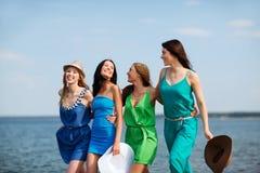 Mädchen, die auf den Strand gehen Stockfoto