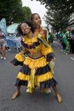 Mädchen, die auf die Straße am Karneval tanzen Lizenzfreie Stockfotografie