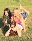 Mädchen, die auf Gras liegen Lizenzfreies Stockfoto