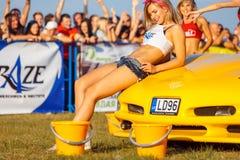 Mädchen, die auf Sportwagen aufwerfen lizenzfreie stockbilder
