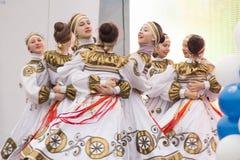 Mädchen, die auf Stadium an einem Konzert tanzen Stockbilder
