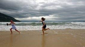 Mädchen, die auf Strand, Da Nang, Vietnam spielen lizenzfreie stockbilder