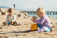 Mädchen, die auf Strand spielen Lizenzfreies Stockbild