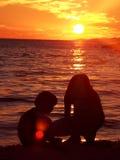 Mädchen, die auf Strand spielen Lizenzfreie Stockbilder