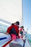 Mädchen, die auf Yacht segeln lizenzfreie stockfotos