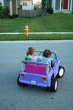 Mädchen, die Auto antreiben Lizenzfreies Stockfoto