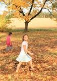 Mädchen, die barfuß in tote Blätter gehen Stockbilder