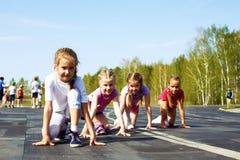 Mädchen, die beginnen, auf Bahn zu laufen Stockbild