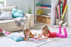 Mädchen, die Bilder auf Boden färben lizenzfreie stockfotos