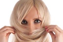 Mädchen, die Blondine betrachtet Sie Stockbilder