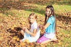 Mädchen, die Borten kämmen Stockfotografie