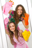 Mädchen, die das Fenster waschen Stockfoto