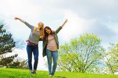 Mädchen, die in den Park tanzen Stockfoto