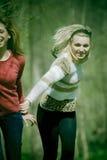 Mädchen, die in den Wald laufen stockfotografie