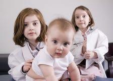Mädchen, die Doktor spielen Stockfotografie