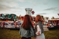 Mädchen, die ehrlich zum tivoli gehen Lizenzfreie Stockbilder