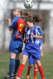 Mädchen, die für Ball während des Fußballspiels kämpfen Stockfoto