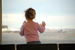 Mädchen, die am Flughafen warten stockfotos