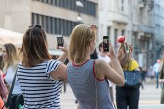 Mädchen, die Fotos der Eiscreme für Social Media machen lizenzfreies stockbild