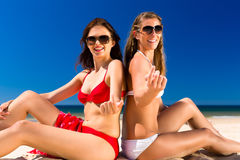 Mädchen, die Freiheit auf dem Strand genießen Stockfotografie