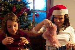 Mädchen, die Geschenke entdecken Stockfotos