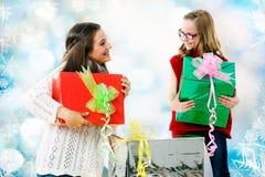 Mädchen, die Geschenke am Weihnachten geben Lizenzfreie Stockfotos