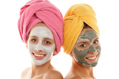 Mädchen, die Gesichtsschablonen tragen Stockfoto