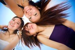 Mädchen, die gute Zeit zusammen unter hellem Blau haben Lizenzfreies Stockbild