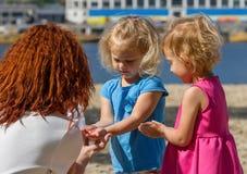 Mädchen, die Holi-Farbe spielen Stockbild