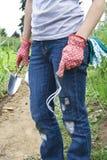 Mädchen, die in ihrem Garten arbeiten Lizenzfreie Stockbilder