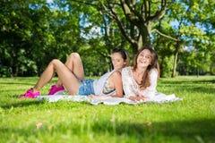 Mädchen, die im Busen der Natur sich entspannen lizenzfreies stockbild