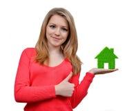 Mädchen, die im Handgrünen Haus halten Lizenzfreie Stockfotos