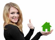Mädchen, die im Handgrünen Haus halten Stockbild