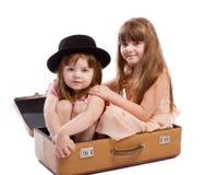 Mädchen, die im Koffer sitzen Stockfotos