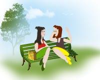 Mädchen, die im Park plaudern Lizenzfreie Stockbilder