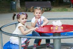 Mädchen, die im Park spielen Stockfoto