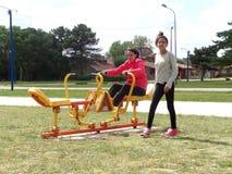Mädchen, die im Park trainieren Lizenzfreie Stockfotos
