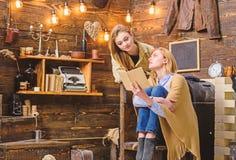 Mädchen, die interessantes Buch besprechen Mutter und Tochter, die klassischen Roman lesen Frau, die ihr Jugendkinderliteratur be stockbild