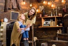 Mädchen, die interessantes Buch besprechen Mutter und Tochter, die klassischen Roman lesen Frau, die ihr Jugendkinderliteratur be lizenzfreie stockfotos