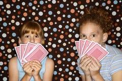 Mädchen, die Karten anhalten. Lizenzfreie Stockbilder